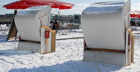 strandkörbe im Schnee