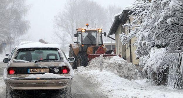 Straße mit Schnee bedeckt