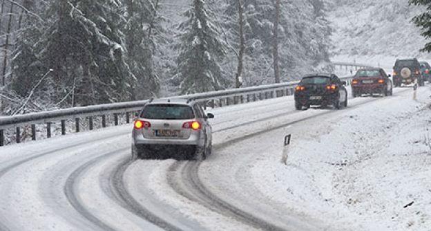 Autos auf einer schneebedeckten Straße