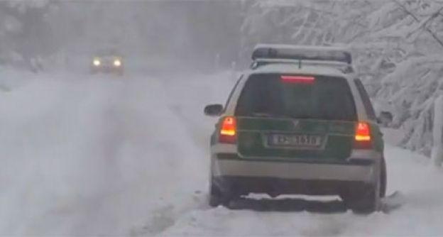 Polizeiauto steckt fest im Schnee
