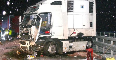 LKW Unfall bei Schneeglätte