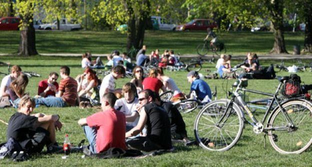 Leipziger und Gäste der Stadt genießen am Samstag (14.04.07) in einem Park in Leipzig die wärmenden Sonnenstrahlen. (Bild: dapd)
