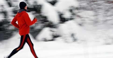 Ein Jogger bei Eis und Schnee