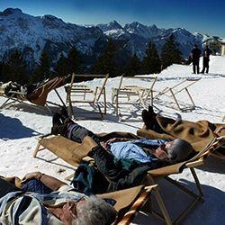 Sonnenbaden, Berge, Sonne, Schnee (dapd)