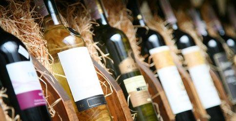 Weinflaschen in Kästen