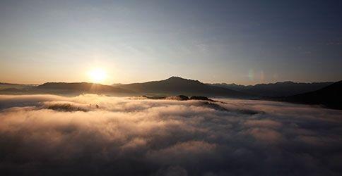 Berge im Nebel mit Sonne