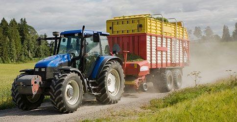 Einn Traktor mit Anhänger