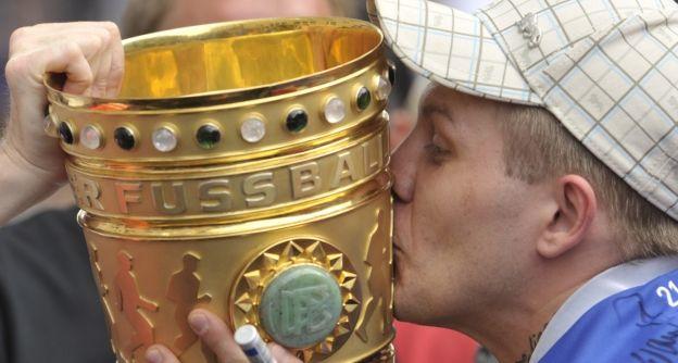 Den DFB-Pokal zum Küssen gern.