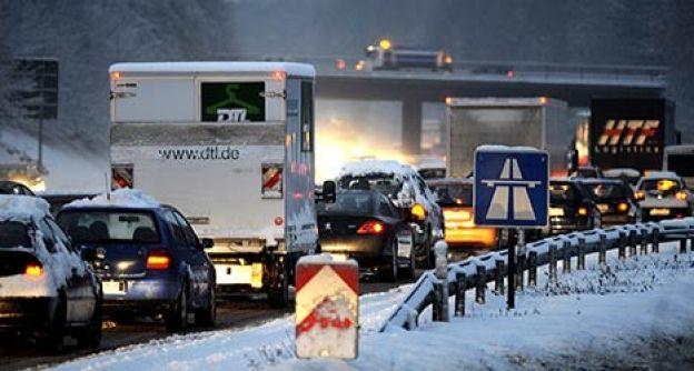 Stau auf der Autobahn bei Schnee