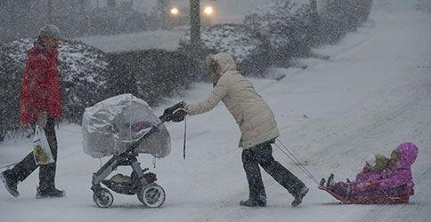 Kinderwagen im Schnee