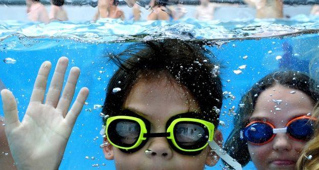 Kinder mit Taucherbrille im Freibad