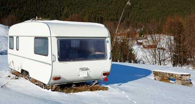 Ein Wohnwagen im Schnee