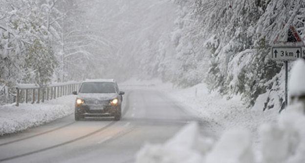 Auto auf winterlicher Straße