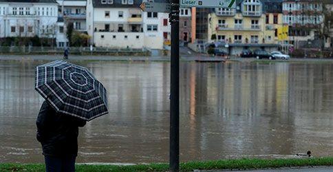 Mann mit Schirm in Bernkastel