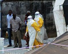 Ebola, Virus. Westafrika, Guinea, Männer in Schutzanzügen, Ärzte (CELLOU BINANI / AFP)
