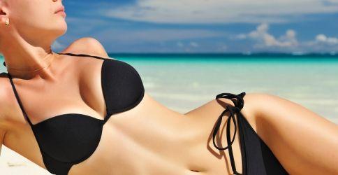 Strand Schönheit genießt den Sommer