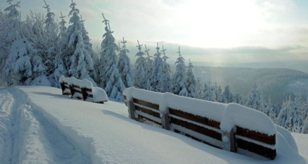 Schnee in den Bergen und auf den Bänken