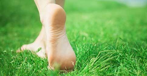 Nackte Füße auf Gras
