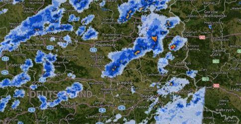 Unwetter haben im Osten Deutschlands heute Nachmittag für einiges Chaos gesorgt. Dabei wurde eine Frau von einem umstürzenden Baum in ihrem Auto erschlagen.